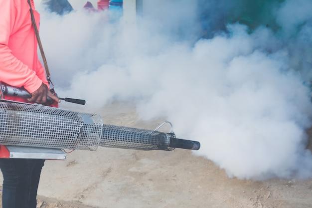 A los agentes se les está inyectando una sustancia de eliminación de humo, mosquitos, rociador y larvas. Foto Premium