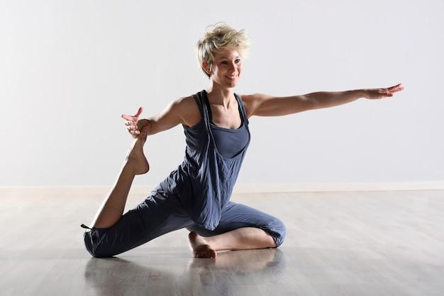 Agraciada joven flexible haciendo ejercicios Foto Premium