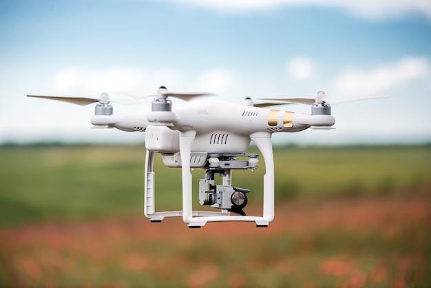 Agricultura drone volando en el campo verde Foto Premium