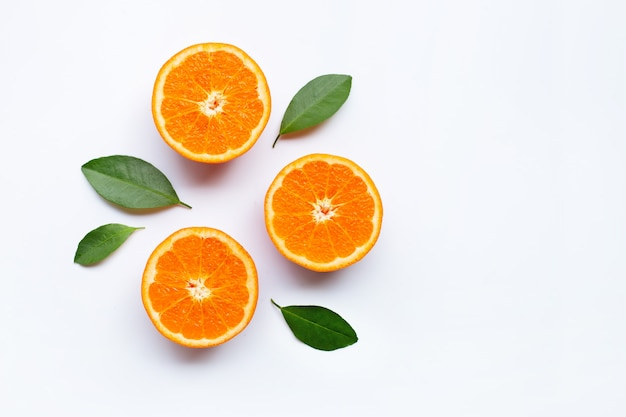 Agrios anaranjados frescos con las hojas en el fondo blanco. Foto Premium