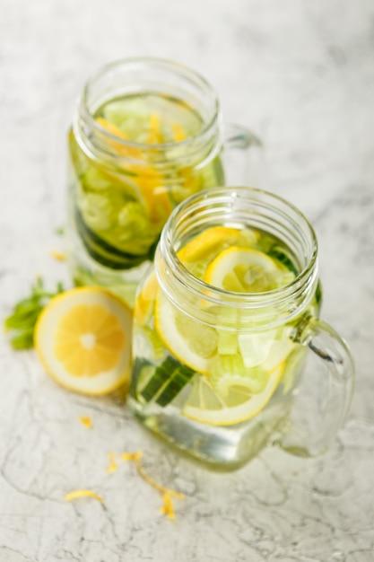 Agua desintoxicante con pepino. Foto Premium