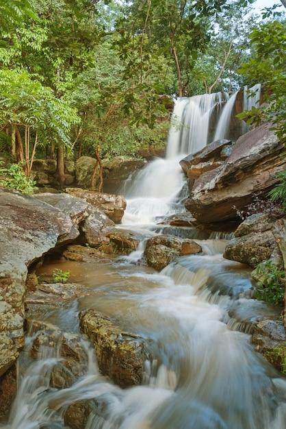 Agua turbia en la cascada con tobog n de piedra y peligro for Cascadas con piedras