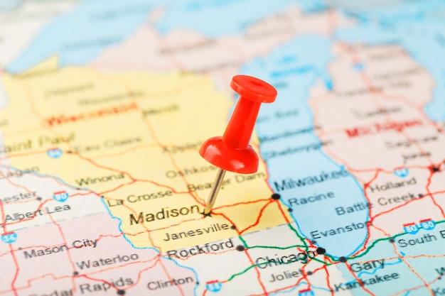 aguja clerical roja en un mapa de estados unidos michigan y la capital lansing cerrar mapa de michigan con tachuela roja foto premium https www freepik es profile preagreement getstarted 7580883