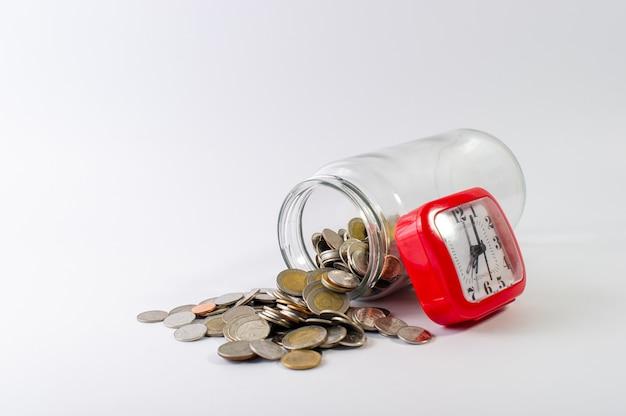 Ahorrar dinero, ahorrar dinero para el futuro antes de la vida. Foto Premium