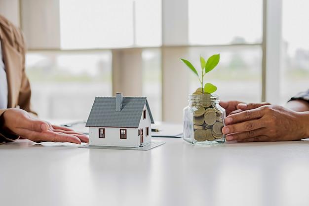 Ahorrar dinero para invertir en casa o propiedad en el futuro. concepto de finanzas empresariales. Foto Premium