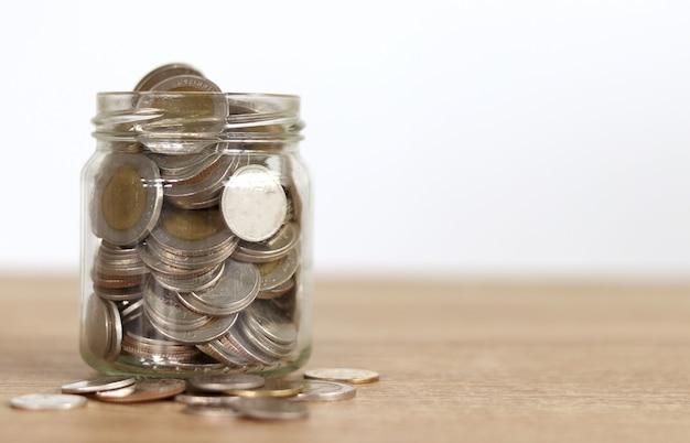 Ahorre dinero en una jarra con punta de vidrio para donar Foto Premium