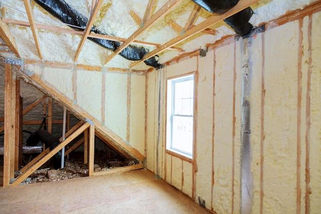 Aislamiento ático loft pared parcialmente aislada Foto Premium