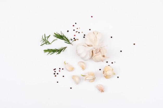 Ajo blanco con verduras y pimienta en polvo Foto gratis