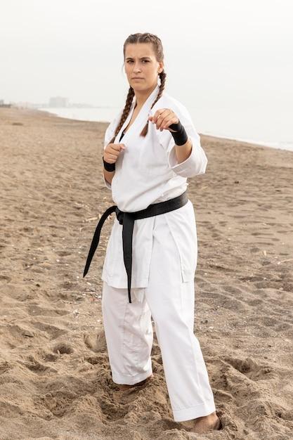Ajuste joven en traje de karate al aire libre Foto gratis