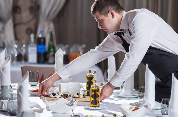 Ajuste de la mesa para la cena en un restaurante. Foto Premium