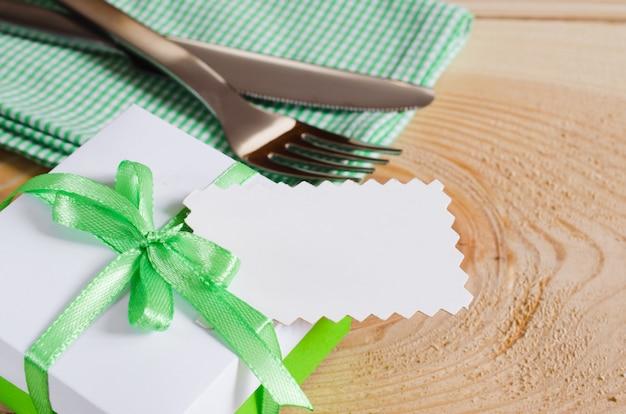 Ajuste de la mesa de comedor. etiqueta vacía y presente. Foto Premium