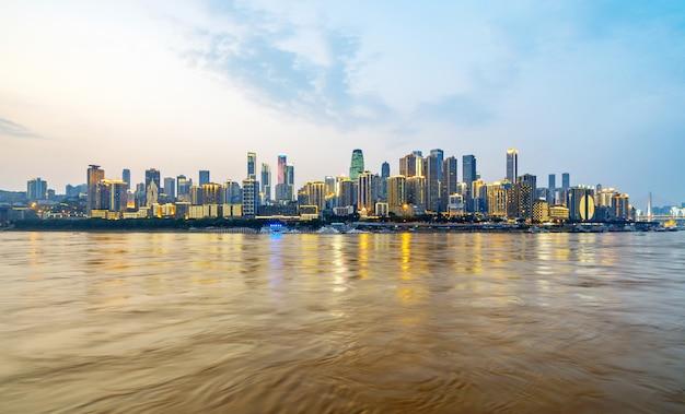 Al atardecer, hermoso horizonte de la ciudad, chongqing, china Foto Premium