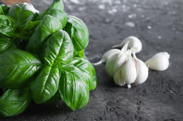 Foto Premium   Albahaca y ajo verdes frescos en un fondo oscuro. fondo de  la comida. banch de albahaca sabrosa