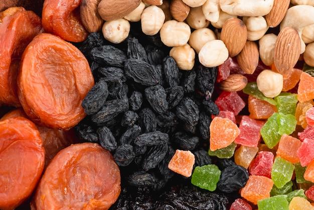 Albaricoque fresco y seco; pasas negras; frutos secos y frutos secos de colores. Foto gratis
