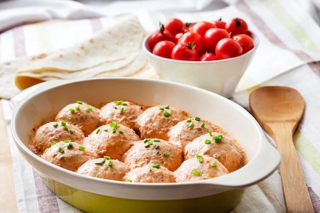 Albóndigas chacken al horno en salsa cremosa de tomate Foto Premium
