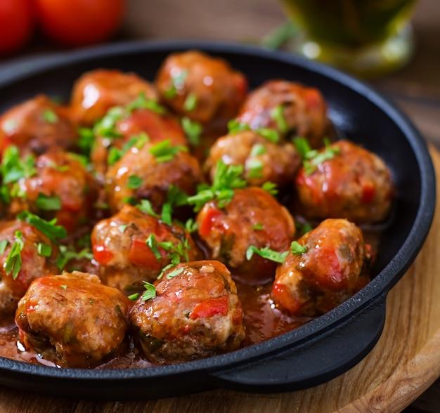 Albóndigas en salsa de tomate agridulce Foto gratis