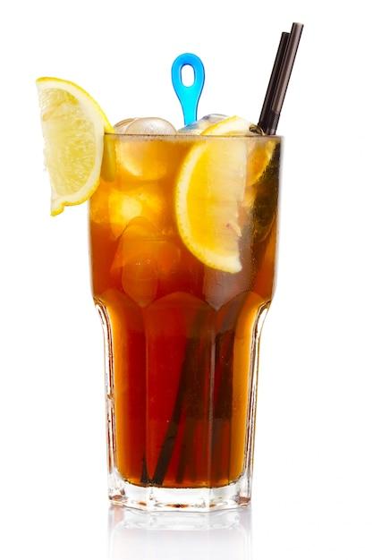 Alcohol coctel con rodajas de frutas de limón aisladas en blanco Foto Premium