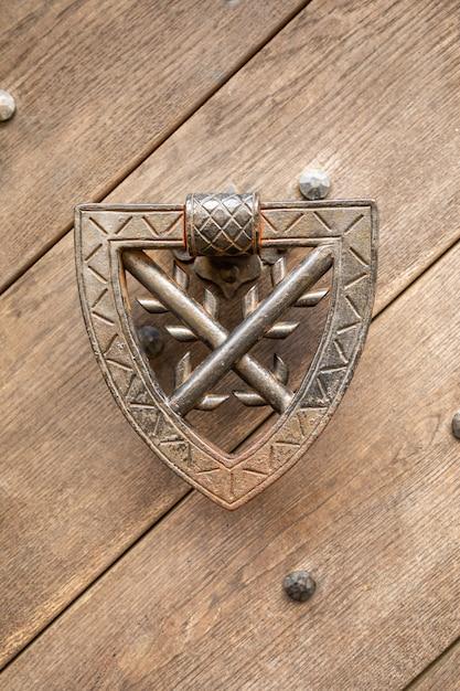 Aldaba en la puerta de madera del castillo de kokorin en el norte de bohemia, república checa Foto Premium