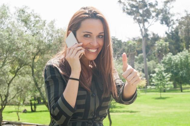 Alegre cliente satisfecho con teléfono móvil. Foto gratis