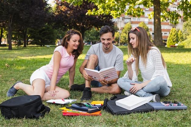 Alegre, estudiantes, lectura, libro Foto gratis