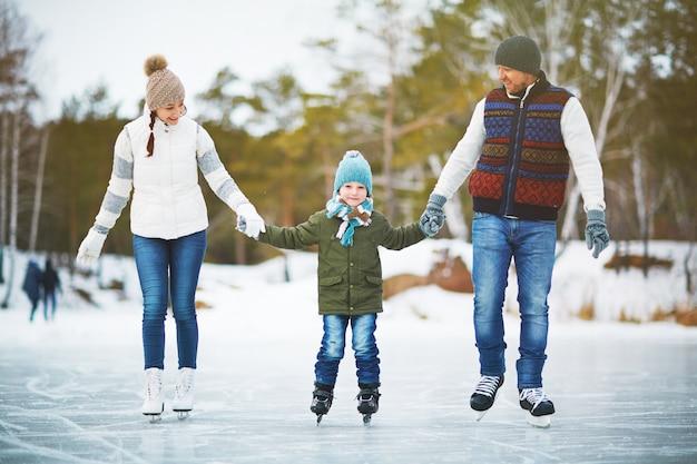 Alegre familia de patinadores Foto gratis