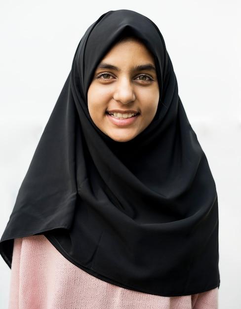 Una alegre mujer musulmana Foto gratis