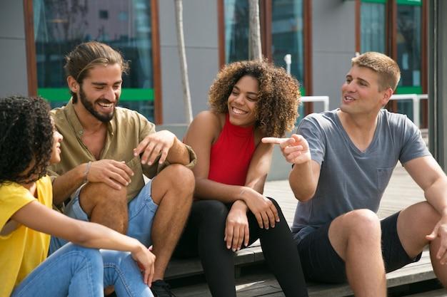 Alegres amigos cercanos bromeando, discutiendo Foto gratis