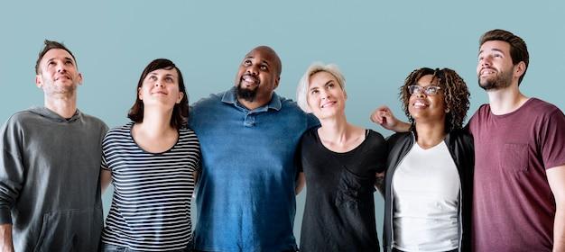 Alegres amigos diversos con los brazos alrededor Foto gratis