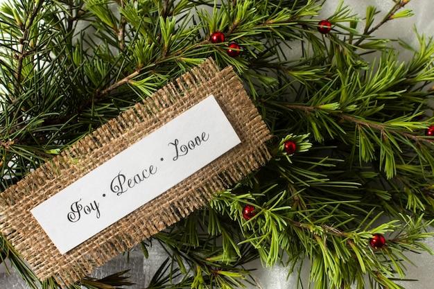 Alegría paz amor letras en las ramas de los árboles Foto gratis