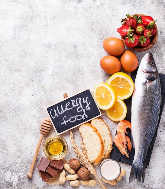 Alergia al concepto de comida. surtido de productos alérgicos. Foto Premium