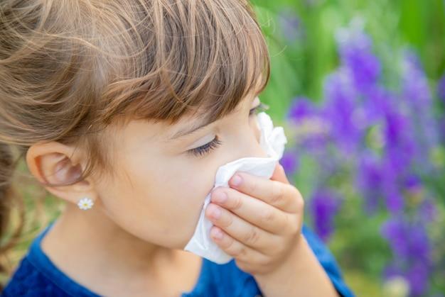 Alergia estacional en un niño. rinitis. Foto Premium
