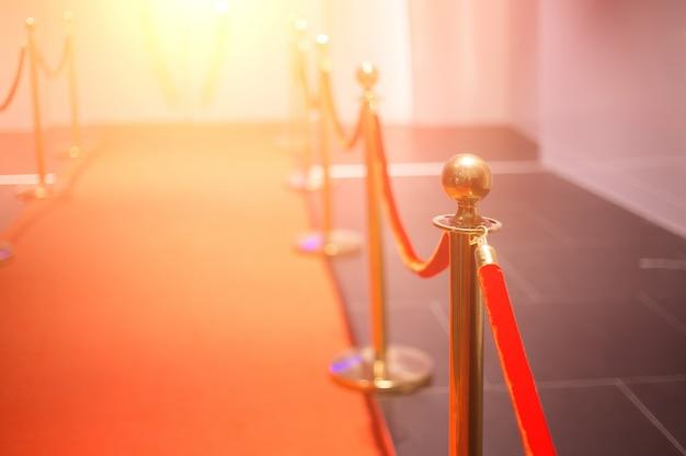 Alfombra roja entre barreras de cuerda en la fiesta de éxito. Foto Premium