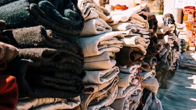 Alfombras en mercado en marruecos | Foto Gratis