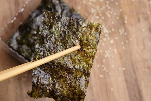 Algas marinas crujientes con sésamo Foto Premium