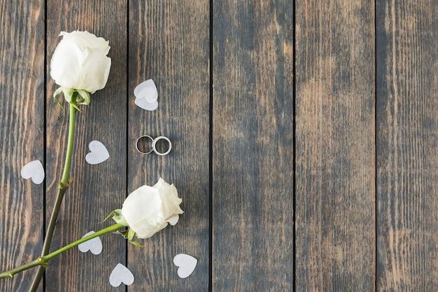 Alianzas de boda con adornos Foto gratis