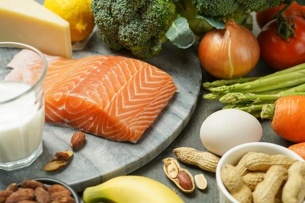 Alimentos de dieta equilibrada, productos saludables bajos en carbohidratos, alimentos limpios. concepto de dieta cetogénica. Foto Premium