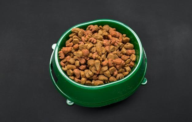 Alimentos secos para perros o gatos. Foto Premium