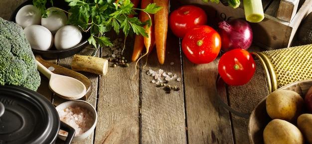 Alimentos vegetales de colores de fondo sabrosas verduras frescas en la mesa de madera. vista superior con espacio de copia. Foto gratis