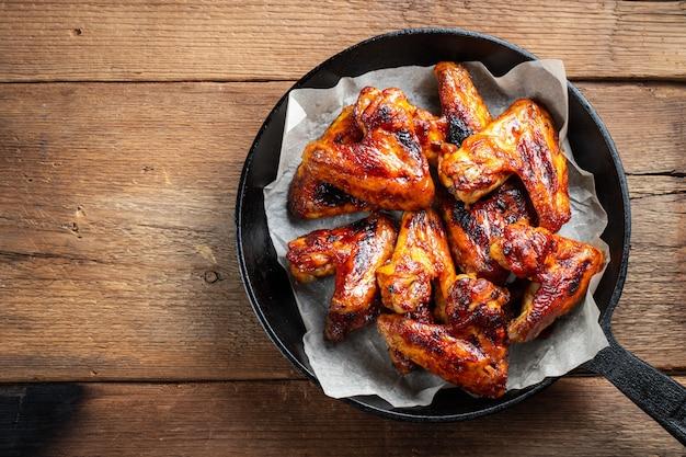 Alitas de pollo al horno en salsa barbacoa. Foto Premium