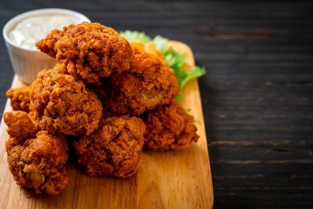 Alitas de pollo picantes fritas Foto Premium