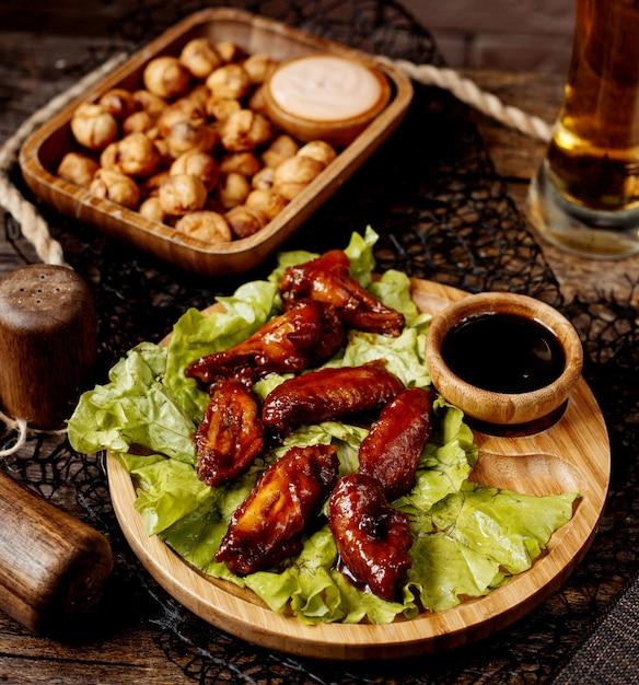 Alitas de pollo en salsa con dushbara frito Foto gratis
