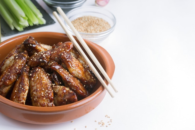Alitas de pollo salteadas asiáticas tradicionales con sésamo y verduras Foto Premium