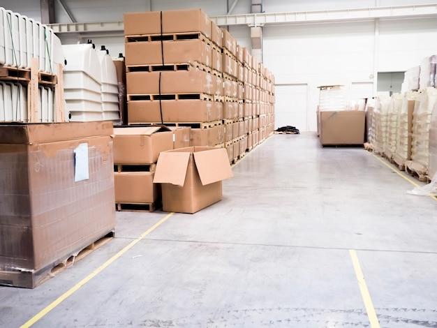 Almacén de locales industriales para almacenar materiales y madera, hay una carretilla elevadora para contenedores. Foto Premium