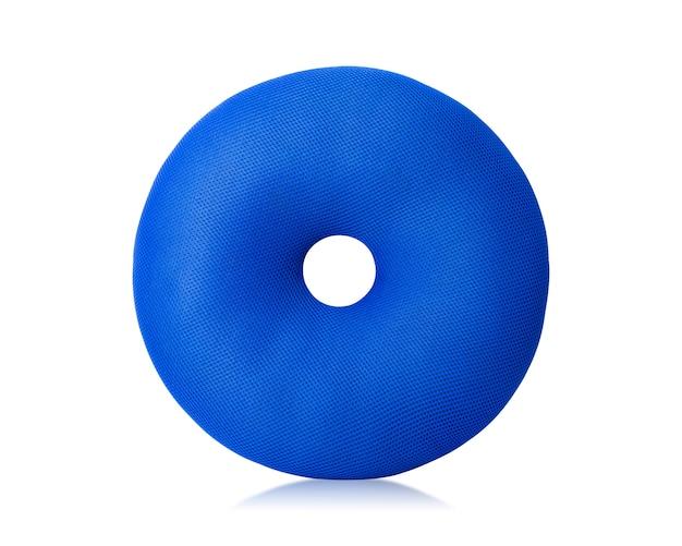 La almohada azul con los anillos de espuma forma aislado en el fondo blanco. Foto Premium