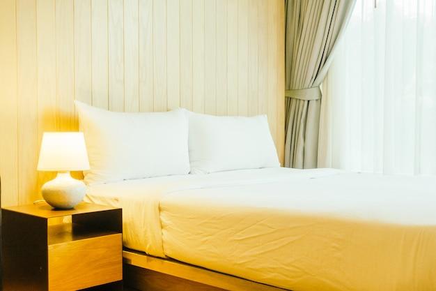 Almohada blanca en la cama Foto gratis