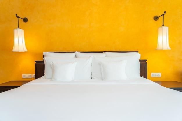 Almohada blanca en el interior de la decoración de la cama del dormitorio Foto gratis