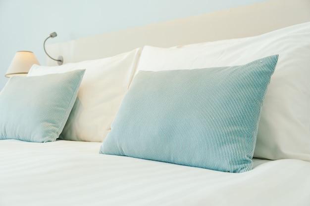 Almohada en la cama Foto gratis