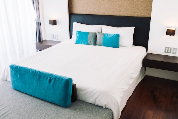 Almohada en la decoración de la cama en el interior del dormitorio Foto gratis