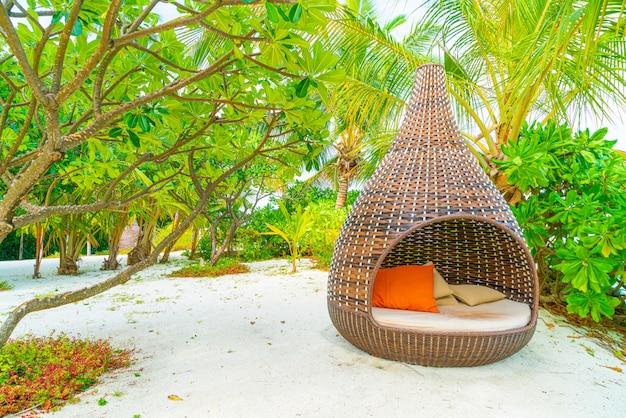 Almohada en la decoración del sofá patio al aire libre con vista tropical y de la naturaleza Foto Premium
