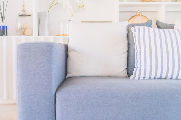 Almohada en sofá cama Foto gratis